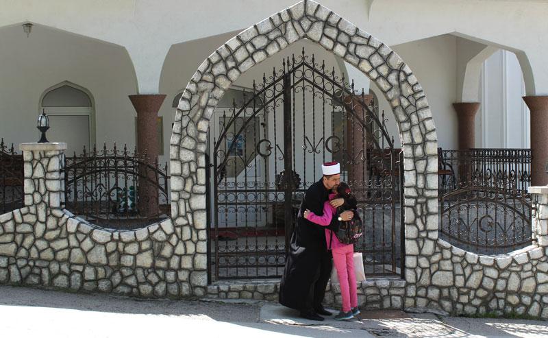 Damir Pestalic mit seiner Tochter vor der Moschee. Foto: J.Behrens