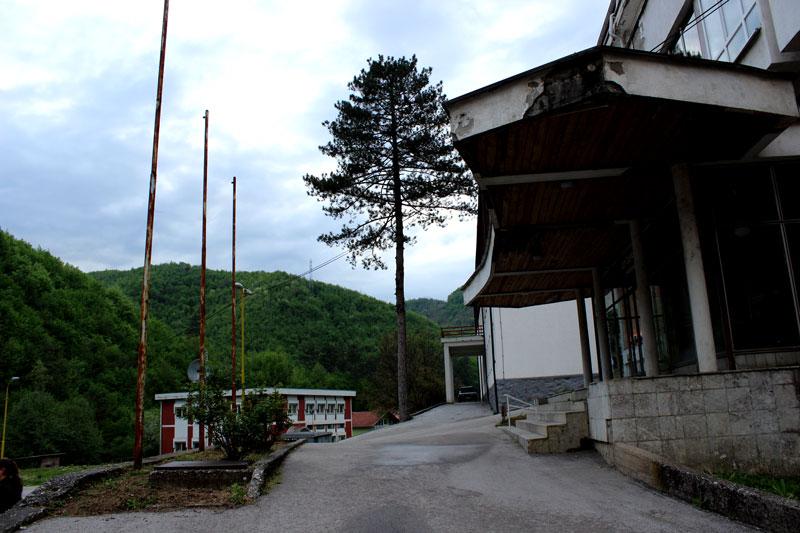 Krankenhauseinfahrt in Srebrenica. Foto: J.Behrens